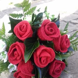 Vörös rózsa csokor, Csokor & Virágdísz, Dekoráció, Otthon & Lakás, Horgolás, Szaténból már látott csokrot elhoztam most horgolt rózsákból is. Hagyományos kerek csokorba kötve, v..., Meska