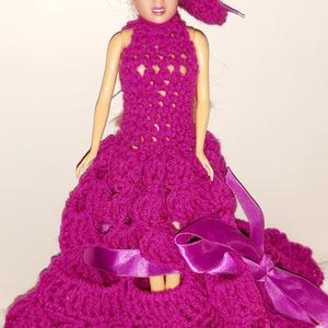 """Barbie ruha \"""" kalapos\"""", Gyerek & játék, Játék, Baba játék, Baba, babaház, Horgolás,  Horgolással készített, Lila színű csipke mintájú kalappal baba ruha. A ruhán és a kalapon a fonal s..., Meska"""