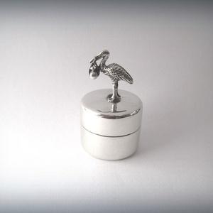 Gólyával díszített ezüst dobozka, Otthon & lakás, Dekoráció, Dísz, Lakberendezés, Tárolóeszköz, Gólyával díszített nyitható ezüst dobozka, szelence. A miniatűr gólya egy pólyást tart a csőrében, a..., Meska