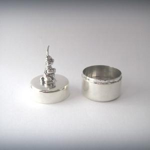 ÚJDONSÁG! Nyuszival díszített ezüst dobozka (egszeresz) - Meska.hu