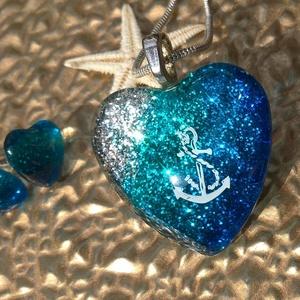 Festett igazi nyaralós üvegékszer szett, Ékszer, Ékszerszett, Festett tárgyak, Üvegművészet, Üvegfestéssel készített kék csillogó üvegmedál, és hozzá tartozó szív alakú fülbevaló.\nÉlőben még sz..., Meska