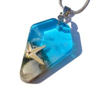 Nyár nyaklánc II., Ékszer, Nyaklánc, Medálos nyaklánc, Ékszerkészítés, Valódi tengeri csillagot és hófehér kagylót zártam ékszergyantába,  alapszínnek a tenger színét álmo..., Meska