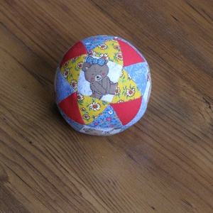 Játék labda, Babalabda, 3 éves kor alattiaknak, Játék & Gyerek, Patchwork, foltvarrás, Patchwork technikával összeállított labda. Mackó mintás anyag felhasználásával, különböző színű és m..., Meska