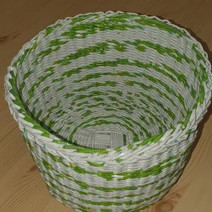 Kosár papírfonással, Otthon & Lakás, Tárolás & Rendszerezés, Tárolókosár, Fonás (csuhé, gyékény, stb.), Papírfonással készült egyedi kosár. Strapabíró, keményített és lakkozott termék.\nÁtmérője 25 cm\nMaga..., Meska