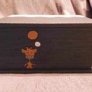 Zsiráfos fadoboz, Otthon & Lakás, Lakberendezés, Festett tárgyak, Saját kézzel, akrillal festett zsiráf mintás dobozka. Mérete: 14,5x21,5cm,magasság:11cm, Meska