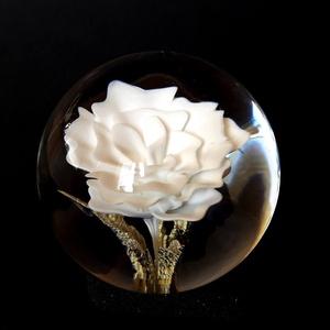 Üveggolyó (glass marble), Díszüveg, Dekoráció, Otthon & Lakás, Üvegművészet, Tömör üveggolyóba zárt virág.\nÁtmérő: 50mm, Meska