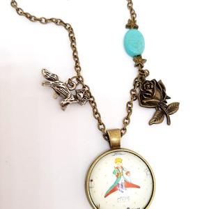 A kis herceg álma, Ékszer, Karkötő, Ékszerkészítés, Bronz színű üveglencsés kis herceg nyaklánc, a jól ismert motívumokkal.\n\n\nA nyakláncot türkiz színű ..., Meska
