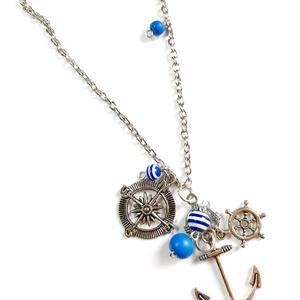 Tengerész  nyaklánc, Ékszer, Nyaklánc, Ékszerkészítés, Tengerész témájú nyaklánc, vidám színes csíkos kék gyöngyökkel.  A láncon egy nagy vasmacska medál t..., Meska
