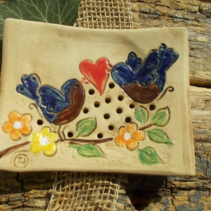 Szerelmes madárkák, Táska, Divat & Szépség, Szépség(ápolás), Fürdőszobai kellék, Magyar motívumokkal, Otthon & lakás, Dekoráció, Ünnepi dekoráció, Szerelmeseknek, Kerámia, Ez a szappantartó is fehérre égő agyagból készült . Natúr kerámia ,csak a leveleket ,a virágokat és ..., Meska