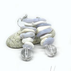 Ködfátyol - ásvány és korall fülbevaló, Ékszer, Lógós fülbevaló, Fülbevaló, Hűs, téli hangulatú ékszer, tökéletes télváró :) 10-17 mm-es kék kalcedon és fehér korall lapocskákb..., Meska
