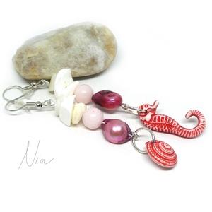 A habokban... - ásvány, gyöngy és korall fülbevaló csikóhallal, csigával, Ékszer, Fülbevaló, Ékszerkészítés, Pillekönnyű fülbevaló nyárra, napbarnította bőrhöz különösen ajánlott :)\n8-12 mm-es korall, édesvízi..., Meska