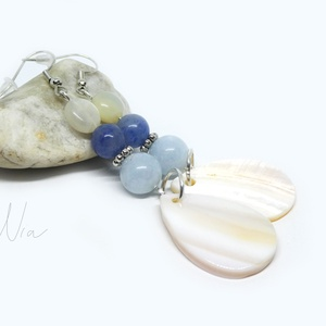 Óceán - ásvány és kagyló fülbevaló, Ékszer, Lógós fülbevaló, Fülbevaló, 8,5 cm hosszú, dekoratív nyári fülbevaló, amit 8-10 mm-es holdkő, kékkvarc és jáde ásványokból, ezüs..., Meska