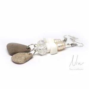 Jégcsap - ásvány és kavics fülbevaló, Ékszer, Fülbevaló, Lógós fülbevaló, Rusztikus, hosszabb fülbevaló, amit 10-12 mm-es édesvízi tenyésztett gyöngyök, fehér korall darabok ..., Meska