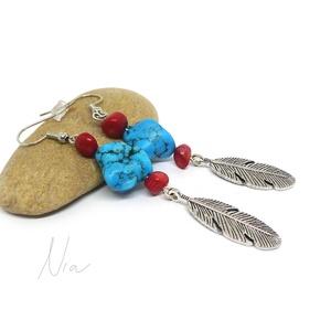 Indiánlány - ásvány és korall fülbevaló madártoll medálokkal, Ékszer, Fülbevaló, Lógó fülbevaló, 6-15 mm-es vörös korall és türkinit (színezett howlit) ásványokból, ezüst színű fém madártoll medálo..., Meska