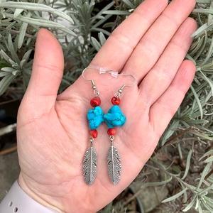 Indiánlány - ásvány és korall fülbevaló madártoll medálokkal - Meska.hu