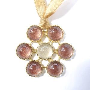 üveg virág medál szalagon, Ékszer, Medál, Nyaklánc, Ékszerkészítés, Virág alakú, rozsdabarnára színezett, csillámló üveglencsékből készült medál szaténszalagon.\n6 darab..., Meska