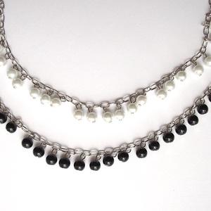 gyöngyös lánc, Gyöngy, ékszerkellék, Üveggyöngy, Haladós alapanyag: gyöngyös lánc. A 8 mm átmérőjű üveg tekla gyöngyök ezüst színű láncon fityegnek. ..., Meska