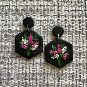 Hexa virágcsokor fülbevaló #30, Ékszer, Fülbevaló, Lógós fülbevaló, Ékszerkészítés, Gyurma, Kézzel készült fekete és csillogó fekete tehénfoltos alapon 3D virágcsokor fülbevaló. Virágcsokorhoz..., Meska
