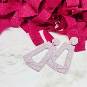 Tavasz színei fülbevaló, Ékszer, Fülbevaló, Lógós fülbevaló, Ékszerkészítés, Gyurma, Kézzel készült pasztell lila színű fülbevaló. Ezüst színű szerelékkel.\nLegszélesebb részek mérete (k..., Meska