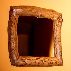 Görbefa tükör, Dekoráció, Otthon & lakás, Lakberendezés, Képkeret, tükör, Bútor, Famegmunkálás, 30x30cm-es tükör lakkozott görbefa keretben. A teljes méret kb 42x42cm.\nA fa mintájának köszönhetően..., Meska