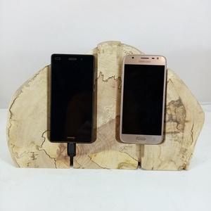 Dupla mobiltelefon tartó és dokkoló bükkfából, Otthon & Lakás, Dekoráció, Dísztárgy, Famegmunkálás, Bükkfaszeletből kialakított kettős asztali telefondokkoló. A faszeleten jól látható a fa természetes..., Meska