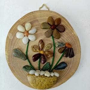 Miniatűr virágcsokrok kavicsokból fakorongon, Otthon & Lakás, Dekoráció, Falra akasztható dekor, Famegmunkálás, Mindenmás,  A hangulatos apró képecskék virágcsokrokat ábrázolnak cserépben. Az aprócska kavicsokat 10-12 cm át..., Meska