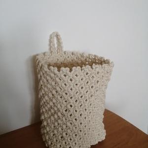 Makramé kosár, Otthon & Lakás, Tárolás & Rendszerezés, Tárolókosár, Csomózás, Makramé technikával készült falra akasztható tároló kosár 100%-ban újrahasznosított Bobbiny fonalból..., Meska
