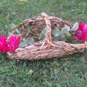 Virágos kosár, Kosár, Táska & Tok, Fonás (csuhé, gyékény, stb.), Gyönyörű, vastag tavi kákából fontam ezt a habkönnyű,  légies virágos kosárkát. 45 cm hosszú, 20 cm ..., Meska