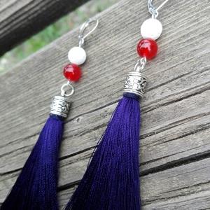 Tengerész stílusú hosszú bojtos fülbevaló, Ékszer, Fülbevaló, Ékszerkészítés, A tengerészkék színű hosszú bojtokat gyöngysapkákkal díszítettem, piros jáde ásványokkal, és fehér l..., Meska