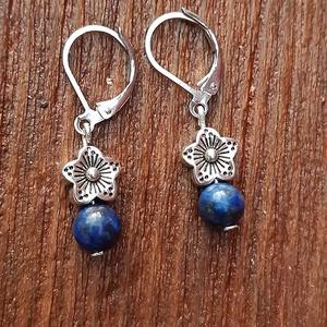 Lapis lazuli-csillagvirág fülbevaló, Lógós fülbevaló, Fülbevaló, Ékszer, Ékszerkészítés, 6mm-es lapis lazuli ásványgyöngyöket díszítettem fém csillagvirág formájú köztesekkel.\nA fülbevaló a..., Meska