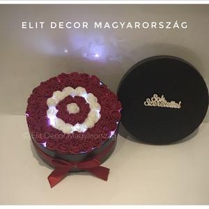 Bordó led-világításos virágdoboz, Esküvő, Esküvői dekoráció, Nászajándék, Otthon & lakás, Lakberendezés, Virágkötés, 15 cm-es fekete virágdobozba oázist helyeztem, led-világítást helyeztem bele, majd 2 cm-es habrózsák..., Meska