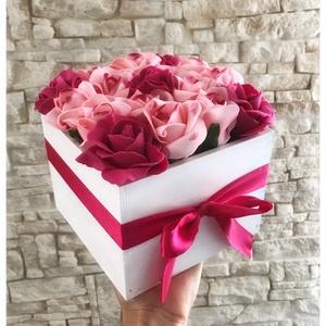 Rózsaszín habrózsabox, Esküvő, Esküvői csokor, Esküvői dekoráció, Otthon & lakás, Dekoráció, Mindenmás, Virágkötés, 20 cm*20 cm-es fehér faládikában gyönyörű habrózsák. csak rózsaszín vagy ciklámennek is lehet rendel..., Meska