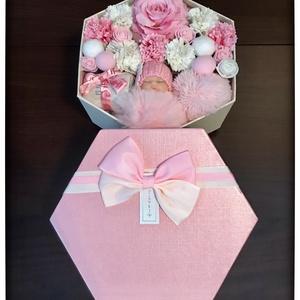 Babaváró doboz kislányoknak, Játék & Gyerek, Babalátogató ajándékcsomag, Virágkötés, 16*18 cm-es babaváró doboz kislányoknak hasznos ajándékokkal. \n\nWww.elitdecor.hu, Meska