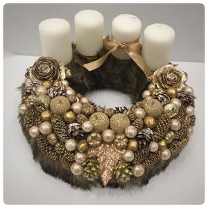 Barna szőrmés koszorú fehér gyertyákkal, Karácsony & Mikulás, Karácsonyi dekoráció, 22 cm-es barna szőrme koszorú fehér gyertyákkal. A gyertyák cserélhetők, gyertyatüskések. Igényesen ..., Meska