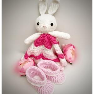 25 cm-es babaváródoboz rózsaszín alvókával, Játék & Gyerek, Babalátogató ajándékcsomag, Egyedi és különleges ajándék kislányt váró pároknak ez a szív alakú babaváró doboz. Kézzel horgolt a..., Meska