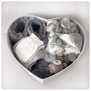 Szív alakú szürke babaváró doboz. , Játék & Gyerek, Babalátogató ajándékcsomag, Szürke szív alakú babaváró doboz. Gyönyörű, gondosan összeválogatott szív alakú doboz. Hasznos és sz..., Meska