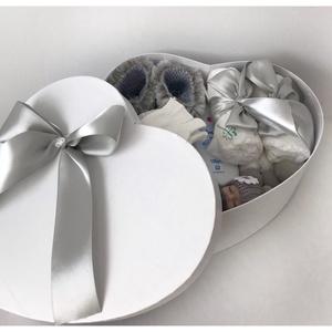 Szív alakú szürke babalátogató ajándék, Játék & Gyerek, Babalátogató ajándékcsomag, Szürke szív alakú babaváró doboz. Gyönyörű, gondosan összeválogatott szív alakú doboz. Hasznos és sz..., Meska