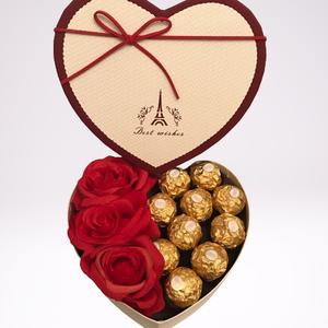 Vörös rózsás csokibox, Művészet, Más művészeti ág, Szív alakú virágdoboz csokival és selyemrózsával. Gyönyörű és hasznos ajándék. A rózsák nem hervadna..., Meska