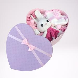 Lila szív dobozos babaváró doboz, Játék & Gyerek, Babalátogató ajándékcsomag, Horgolás, Meska