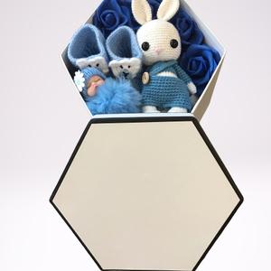 Babaváró doboz horgolt nyuszival, Játék & Gyerek, Babalátogató ajándékcsomag, Fehér 8 szög alakú babaváró doboz horgolt nyuszival. Gyönyörű babaváró doboz kézzel horgolt nyusziva..., Meska