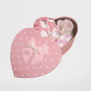 Szív alakú baba látogató doboz horgolt sapkával., Játék & Gyerek, Babalátogató ajándékcsomag, Horgolás, Szív alakú doboz horgolt sapkával. Nagyon igényes doboz kislányoknak. Kézzel horgolt kis cipő és sap..., Meska