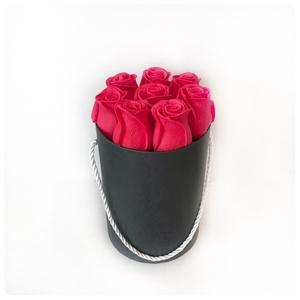 Virágdoboz rózsálkkal, Otthon & Lakás, Dekoráció, Virágkötés, Piros rózsás fekete henger virágdoboz. A rózsák élethű tapintású, nem hervad el. Piros és fekete kom..., Meska