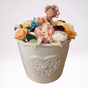 Tavaszi dísz figurával, Otthon & Lakás, Dekoráció, Kerámia kaspó figurával. Fehér kerámia kaspóban színes virágok. Tartós dekoráció otthonában. Márete ..., Meska