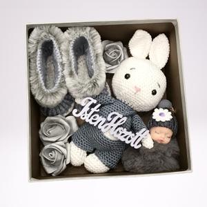 Szürke doboz horgolt nyuszival, Játék & Gyerek, Babalátogató ajándékcsomag, Horgolás, Meska