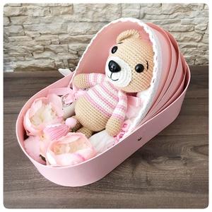 Rózsaszín pulcsis maci bölcső dobozban, Játék & Gyerek, Babalátogató ajándékcsomag, Rózsaszín pulcsis maci bölcső dobozban. Ha igazán különleges és egyedi babaváró ajándékot szeretne v..., Meska