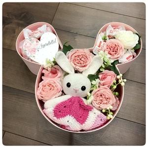Minnies dobozban horgolt alvóka virágokkal és csokival, Játék & Gyerek, Babalátogató ajándékcsomag, Virágkötés, Meska