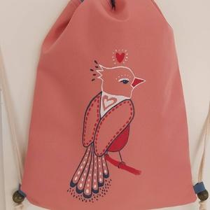 Kézzel festett madárkás hátizsák, Hátizsák, Hátizsák, Táska & Tok, Varrás, Festett tárgyak, Korall színű, vízálló anyagból varrtam ezt az egyedi kézzel festett madárkás hátizsákot, belsejében ..., Meska