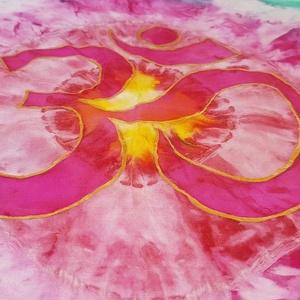 Eternal Om - Aum Selyemkendő, Táska, Divat & Szépség, Ruha, divat, Kendő, Selyemfestés, Eternal Om - Aum, Selyemkendő\n55 x 55 cm\n\nOm - Aum Magasztos Hindu szimbólum.  Egy szent hang az Egy..., Meska