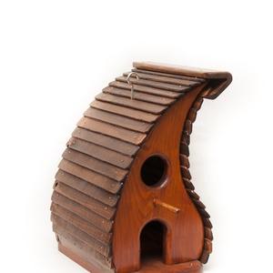Rozsdafarkú madáretető-madárház, Otthon & lakás, Lakberendezés, Állatfelszerelések, Madár kellékek, Kerti dísz, Famegmunkálás, A termék tömör fenyőből készült. A váz mahagóni színű vastag lazúrral kezelve, a tető pedig dió pácc..., Meska
