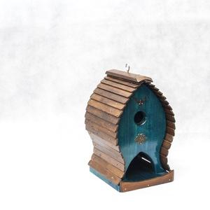Metis Madáretető, Otthon & Lakás, Kisállatoknak, Madaraknak, Famegmunkálás, A madáretetőt tömör fenyőből készítettem. A tető dió lazúrral van kezelve, a vázat türkiz páccal szí..., Meska